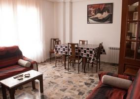 Sala de estar y comedor con sillones enfrentados
