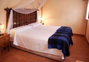 Dormitorio con dos camas y salita