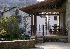 Terraza y jardín en la entrada de la casa