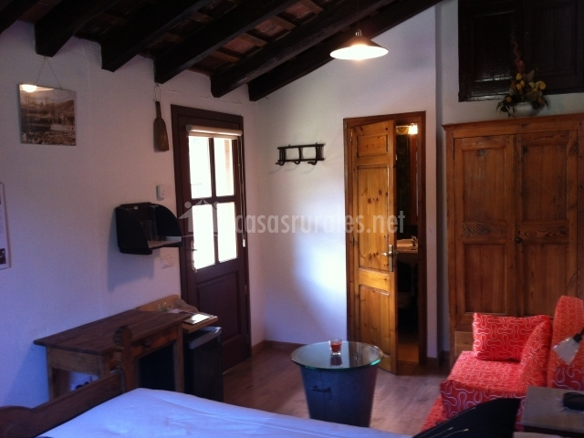 Can gall en llanars girona for Dormitorio y sala de estar juntos