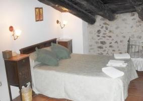 Dormitorio de matrimonio bajo un techo abuhardillado