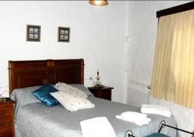 Dormitorio de matrimonio con detalles azules