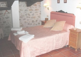 Dormitorio de matrimonio con detalles en rosa