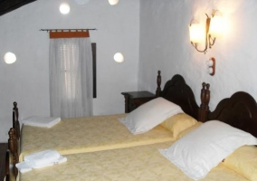 Dormitorio abuhardillado con ventana