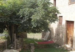 Jardín con hamacas a la sombra