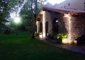 Vistas del jardín y la fachada de la casa
