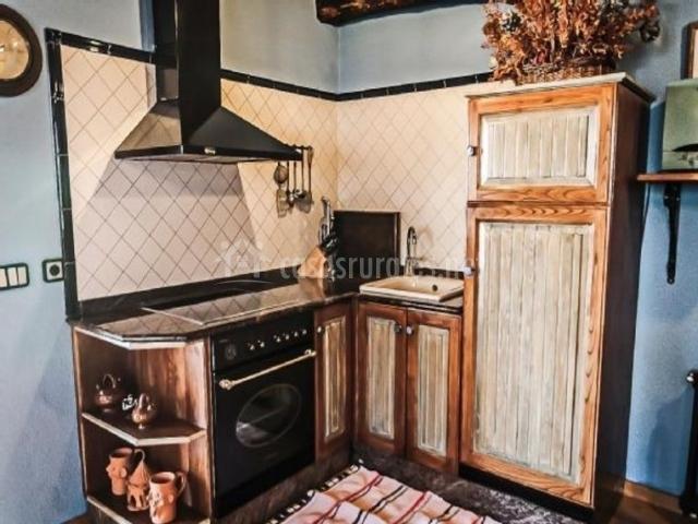 Cocina con frente principal de azulejo