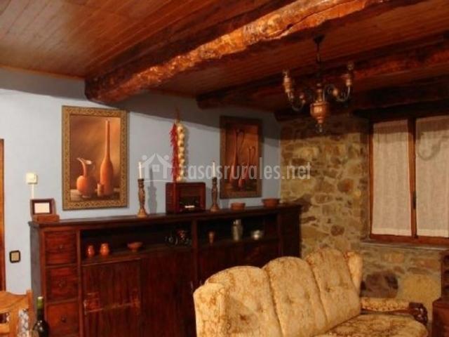 Sala de estar con mostrador de madera