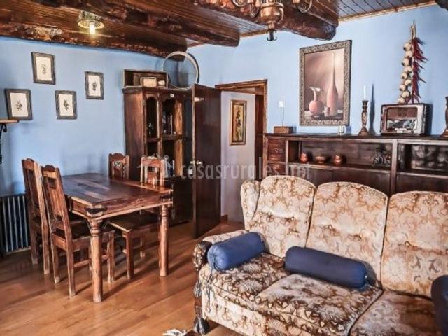 Sala de estar con sillones tapizados delante del mostrador