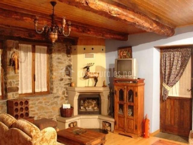 Sala de estar con techos de madera y vigas vistas