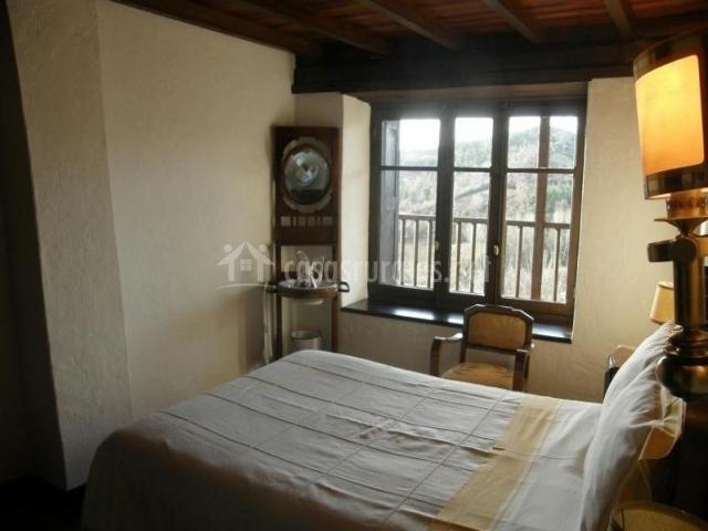 Dormitorio de matrimonio con ventanal