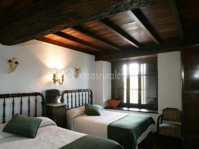 Dormitorio doble con mantas en verde