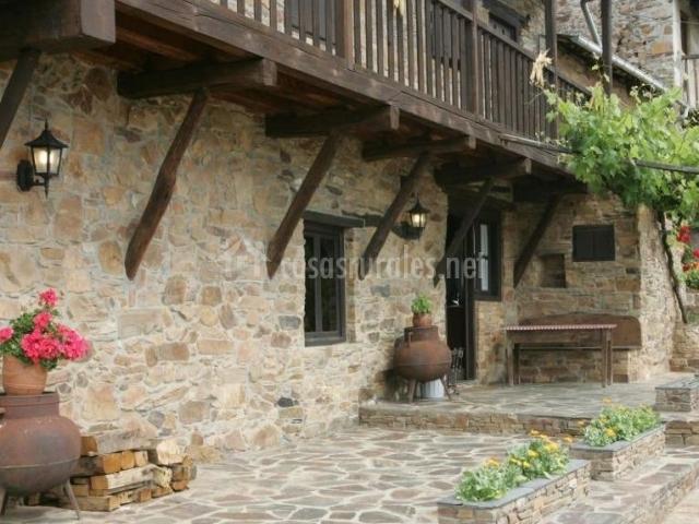 Vistas del porche con fachada en piedra