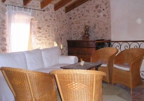 Salón con sofá y sillas de bambu