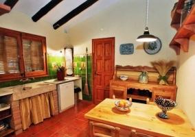 Salón de la casa rural con chimenea de leña