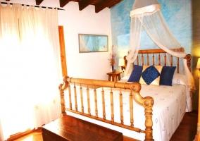 Dormitorio de matrimonio con dosel blanco