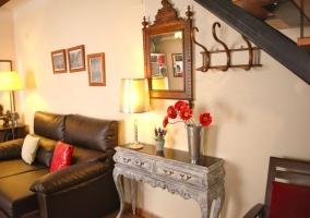 El comedor con el mobiliario y sillones de cuero
