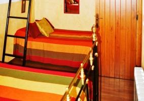 Vista completa del salón y las escaleras
