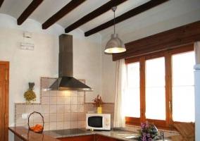 vista de la cocina con la encimera y electrodomesticos