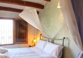 Dormitorio con dosel