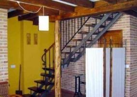 Sala de estar y comedor con chimenea y vigas de madera
