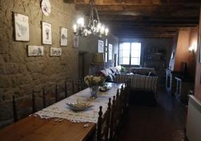 Comedor con mesa larga de madera