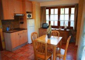 Cocina con ventana y mesa de madera