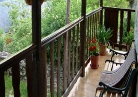 Jardín con muebles y barbacoa
