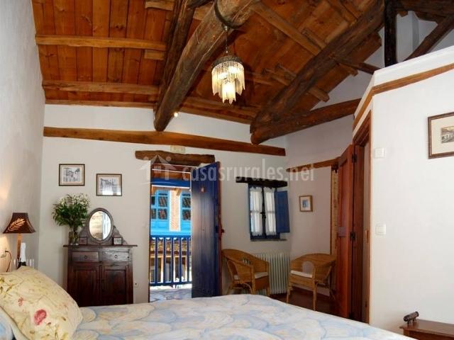 Habitación con cómoda y sillas de mimbre