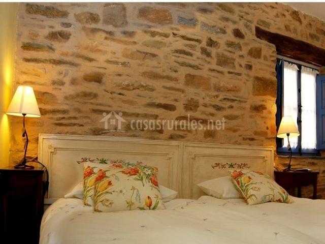 Habitación doble con cama de matrimonio y cojines