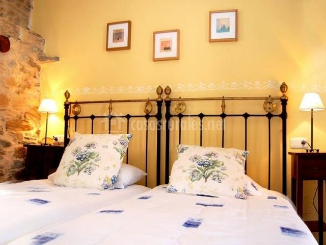 Habitación doble con su cama de matrimonio y cojines