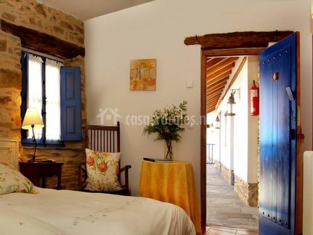 Dormitorio con mesa y plantas