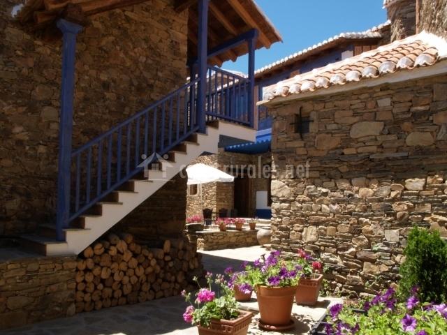 Fachada de la casa con sus bonitas plantas y escalera