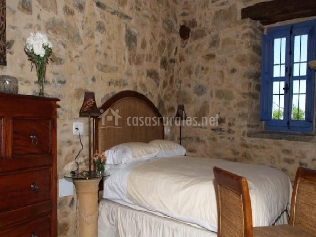 Habitación con plantas y pequeña ventana
