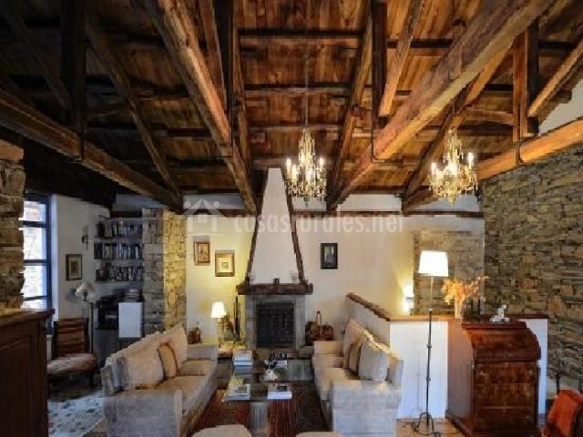 Salón con sofás beige y divinas vigas de madera