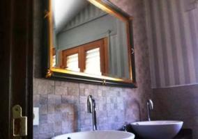 Baño con lavabos modernos