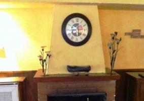 Chimena de obra con reloj