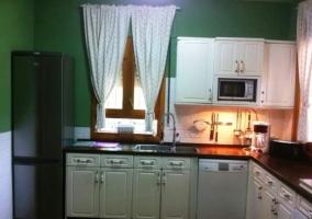 Cocina completa con muebles de madera en blanco