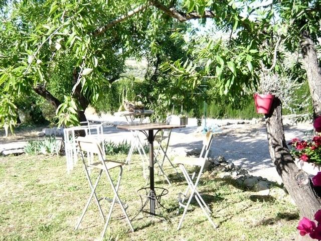 Mesa alta en el jardín