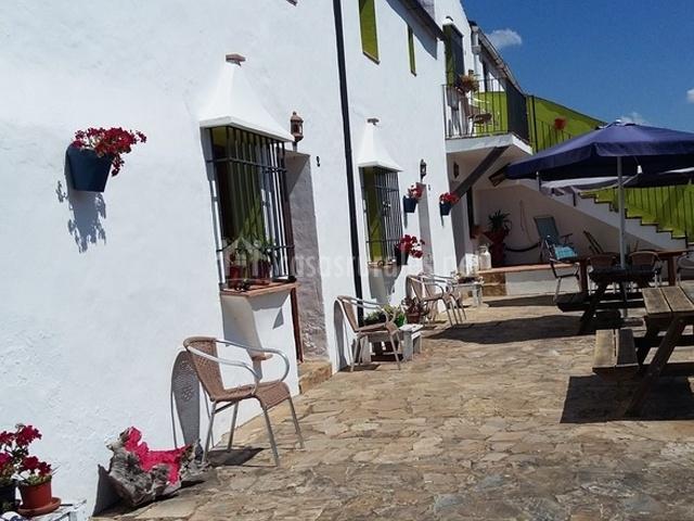 Puertas de las casas con mesas y sombrillas