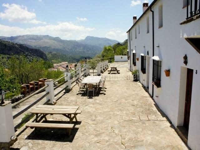 Terraza con mesas de madera