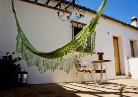 Hamaca verde colgada en la terraza
