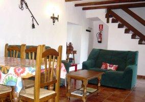 Salón cocina de sofás verdes