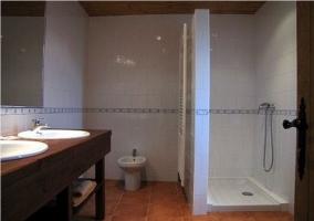 Dos lavabos en el baño