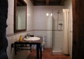 Plato de ducha y espejo en el baño