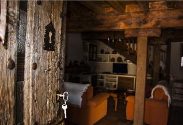 Acceso a la casa por puerta de madera