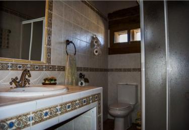 Baño con ducha y espejos