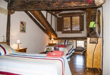 Dormitorio con camas individuales coloridas