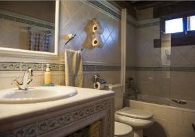 Baño con bañera y espejos