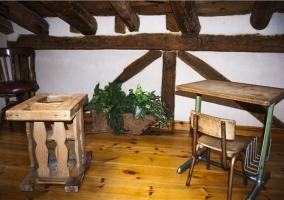 Dormitorio con camas individuales y cabecero de forja y decoración rústica
